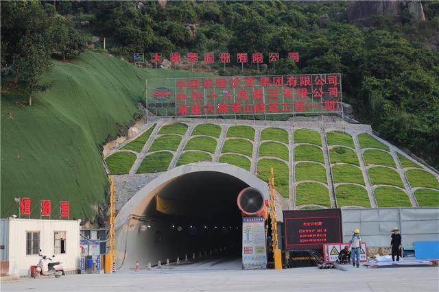 珠海横琴经济开发新区又一座双线长大公路隧道全面贯通