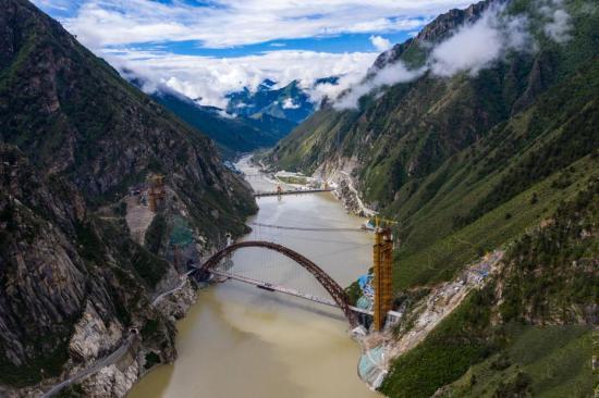川藏铁路拉林段重点标志性工程藏木特大桥合龙