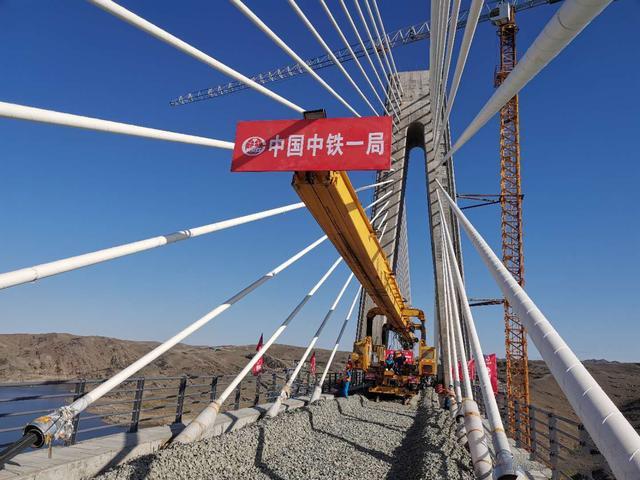 新疆阿勒泰:阿富準鐵路電力項目成功克服隧道施工難題