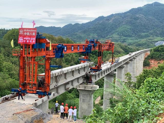 中老鐵路班那漢跨湄公河特大橋完成架梁施工
