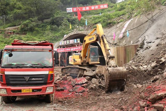 """四川泸石高速主体工程打响""""第一枪"""" 石棉隧道顺利进洞施工"""