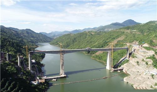 国内铁路最大跨度!中老铁路阿墨江双线特大桥合龙