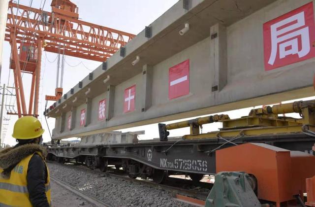 新疆和田:和若铁路施工忙